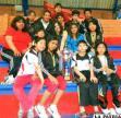 Nadadores, nadadoras y entrenadores del club de natación Alemán con el trofeo de subcampeón del torneo interclubes organizado por el club Wilstermann de Cochabamba