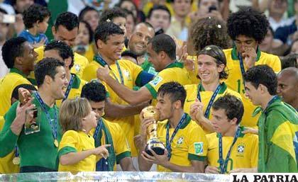 Celebran los jugadores de Brasil el título conseguido ayer en el Maracaná
