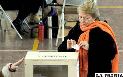 Expresidenta de Chile, Michelle Bachelet, al momento de votar