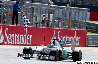 Nico Rosberg cruza la meta en el primer lugar