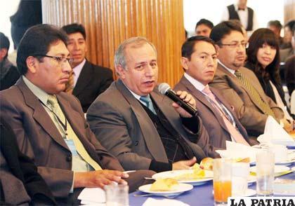 Antonio Costas  durante la presntación de su informe