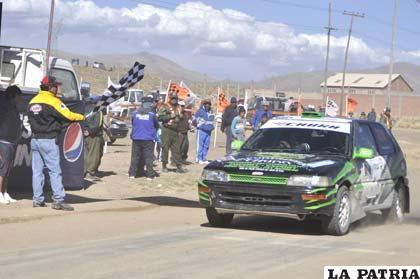 El vehículo de Chura al momento de pasar la meta y ganar la competencia