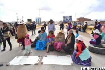 Comunarias de Caracollo se sentaron en plena carretera para no dejar pasar a los vehículos