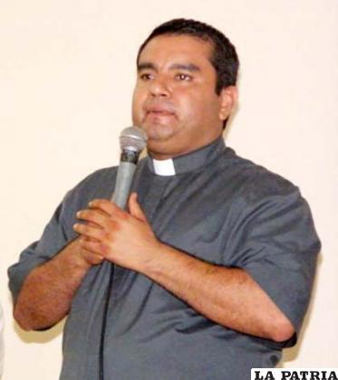 El sacerdote Alejandro Flores