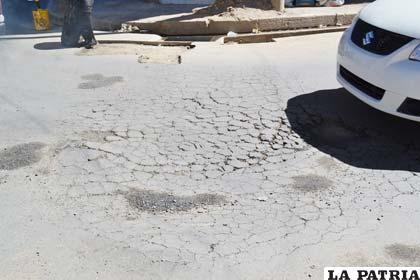 Así está la superficie del asfaltado en la esquina de las calles Potosí y Lizárraga