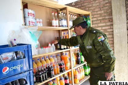 El sargento Siles, recogió las bebidas alcohólicas de una tienda