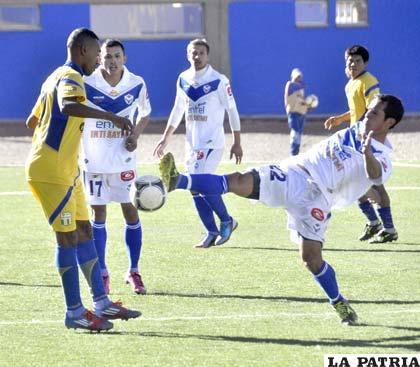 Martins, de Huanuni, pretende dominar el balón ante la marca de Sejas y la mirada de Torrico y Centurión