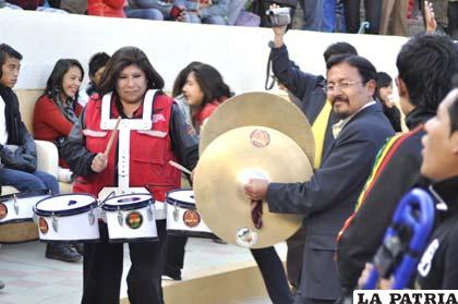 Alcaldesa Rossío Pimentel y oficial mayor de Cultura, Miguel Guerra, tocan instrumentos junto a Doble Vía