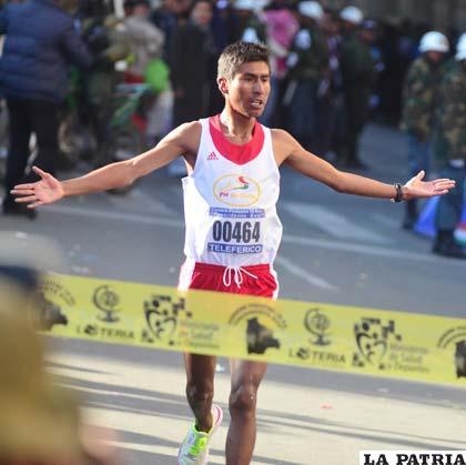 Daniel Toroya, segundos antes de pasar la línea de meta