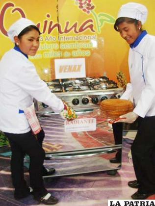 Estudiantes del Liceo Adolfo Ballivián después de hornear un queque de quinua
