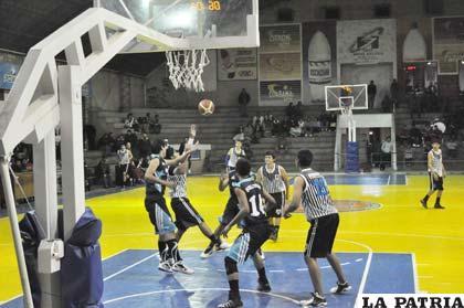 Una jugada del partido entre Cochabamba y Quillacollo