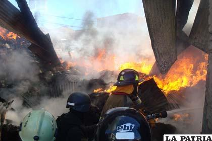 Personal de Bomberos del SAR durante el incendio de la Aduana