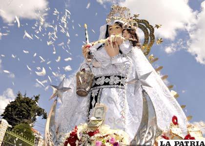 Virgen de Copacabana luciendo sus joyas antes que las robaran