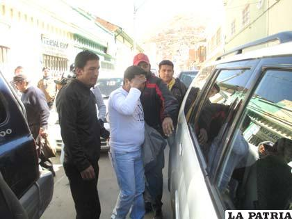 El presunto autor del hecho antes de subir al vehículo del Fiscal de Distrito