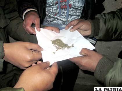 Uno de los paquetes con marihuana