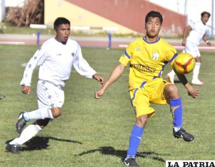 Suárez, de Huanuni intenta dominar el balón