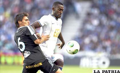 Jackson Martínez (der) del Oporto, disputa el balón con Jonathan Vila del Celta