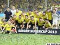 La copa al centro de los jugadores del Borussia Dortmund