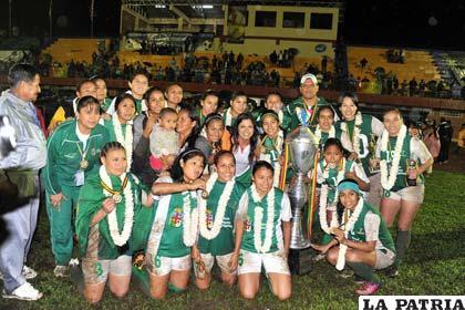 La selección femenina de fútbol de Santa Cruz con el trofeo de campeón