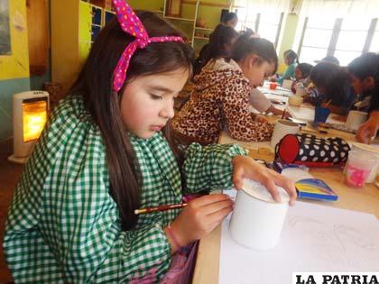 Niños crean obras de arte con material reciclado