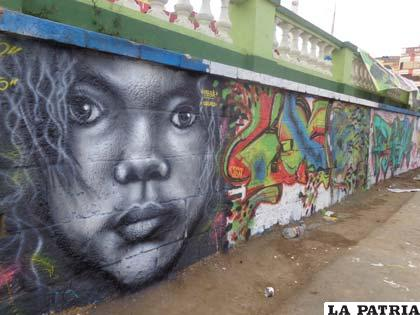 Grafitis que adornan la Avenida Cívica