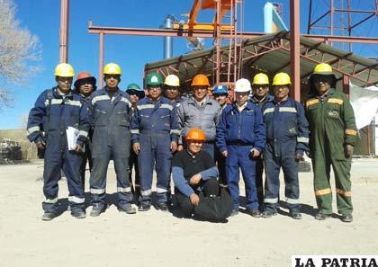 Un grupo de trabajadores de la planta de ácido sulfúrico en Eucaliptus