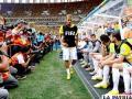 Neymar ingresa a la banca de suplentes ante una multitud de fotográfos