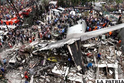 El avión estrellado sobre las ruinas de dos edificios /INFO7.MX