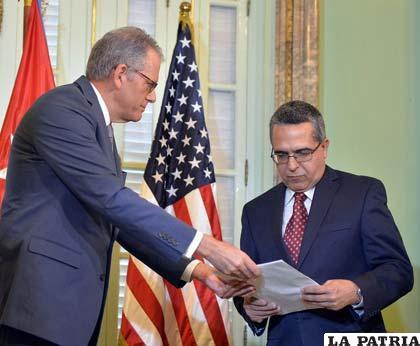 Jeffrey DeLaurentis (izq.), entrega carta de Obama al vicecanciller cubano /prensa.com
