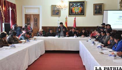 Reunión entre alcaldes del departamento y el gobernador