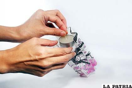 Pega una base en el fondo del farol y coloca una vela en ella