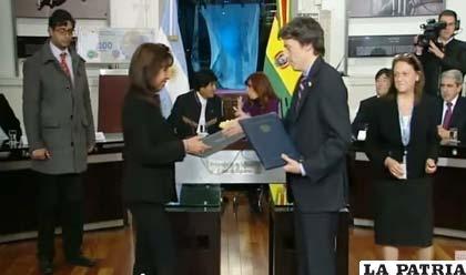 Momento de la suscripción del convenio entre representantes del Banco Unión S.A. y el Banco de la Nación Argentina