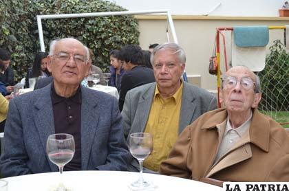 Los Académicos de la Lengua D. Luis Ramiro Beltrán Salmón, D. Hugo Celso Felipe Mansilla Ferret y D. Luis Urquieta Molleda