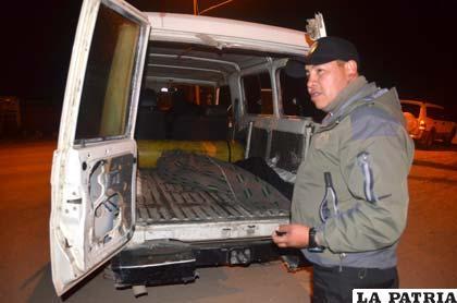 El investigador, sargento Víctor Characayo muestra el cuerpo del fallecido