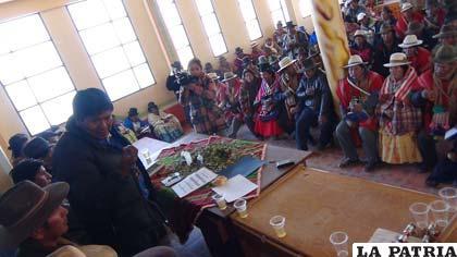 Gobernador se reunió con autoridades municipales y originarias