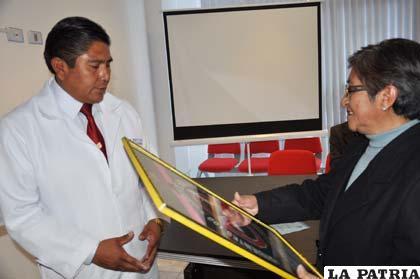 Entrega de certificación al director de la clínica Natividad
