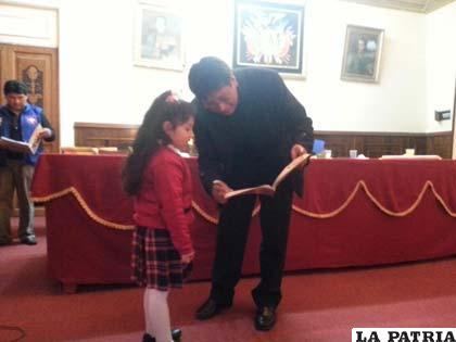 Director del Sedes entrega una cartilla educativa