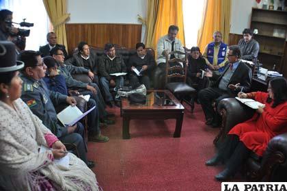 Miembros del COE reunidos con el alcalde Edgar Bazán