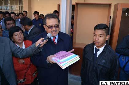 El alcalde hace entrega simbólica del material a un estudiante del