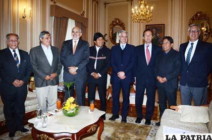 Comité de defensa de la demanda marítima, junto al presidente Morales /ABI
