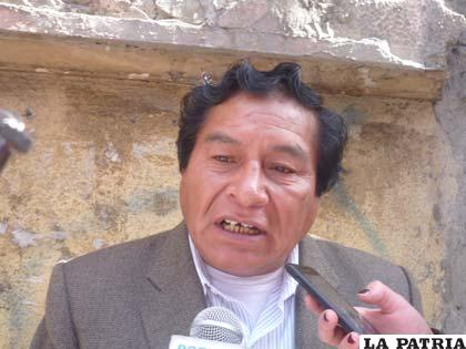 Viceministro de Descolonización, Félix Cárdenas, advierte que hablar un idioma es condición de permanencia laboral /ABI