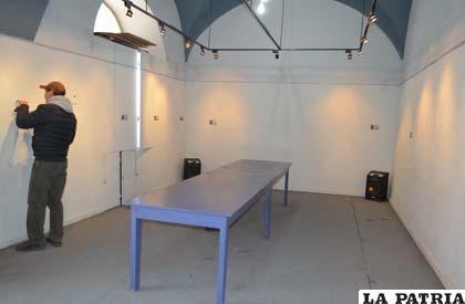 Las paredes sin arte del salón
