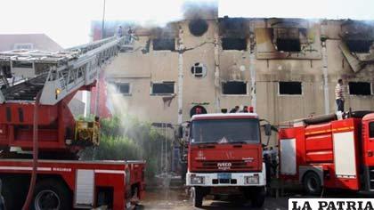 El momento que los bomberos extinguían el incendio en la fábrica de muebles /noticieros.televisa.com
