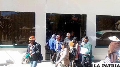 Mineros saliendo de la CNS luego de pedir que dejen de trabajar