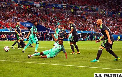 Nani estuvo atento a la jugada para anotar el segundo gol /as.com