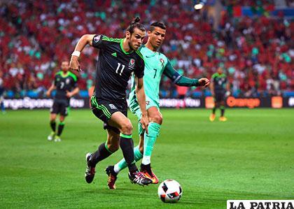 Bale conduce el balón ante la marca de Ronaldo /as.com