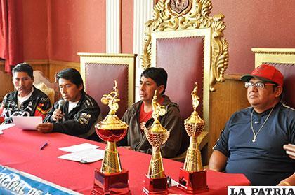 Los directivos del motociclismo orureño durante la presentación de la segunda competencia