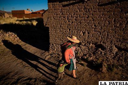 Una madre y su hijo en Llapallapani, una población que siempre vivió de la pesca /NYT