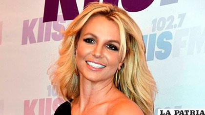 Britney Spears se rap la cabeza para expresar su