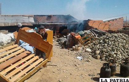 Algunas personas tuvieron que salvar lo que pudieron de las llamas /ANF